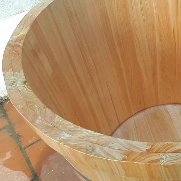 Đường vân gỗ bắt mắt trên thành bồn tắm gỗ