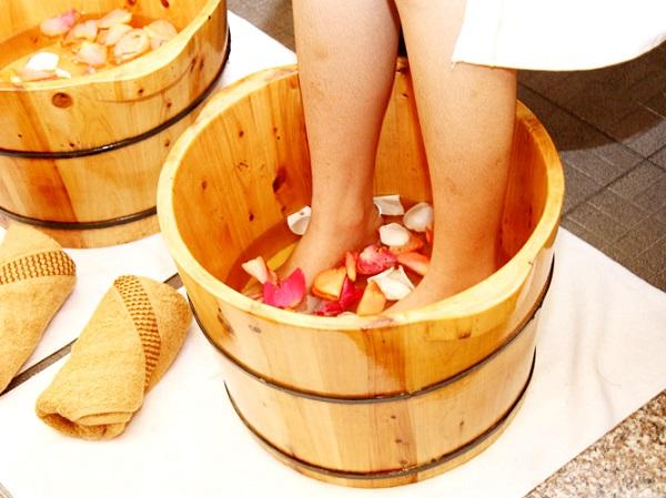 Ngâm chân bằng chậu gỗ thông mang đến sức khỏe tốt cho bạn