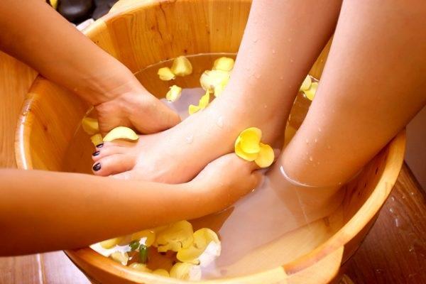 Ngâm chân bằng chậu gỗ có hạt masssge mang lại cảm giác dễ chịu cho khách hàng